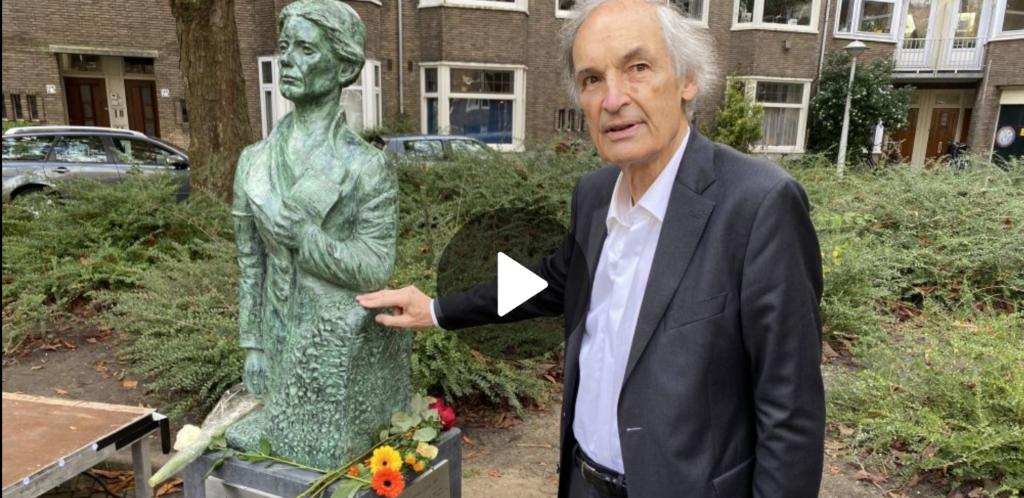Beeld Jacoba van Tongeren met neef Paul van Tongeren in verslag AT5